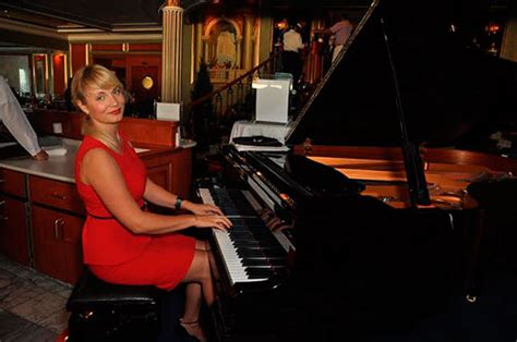 Female Pianist And Singer 8618